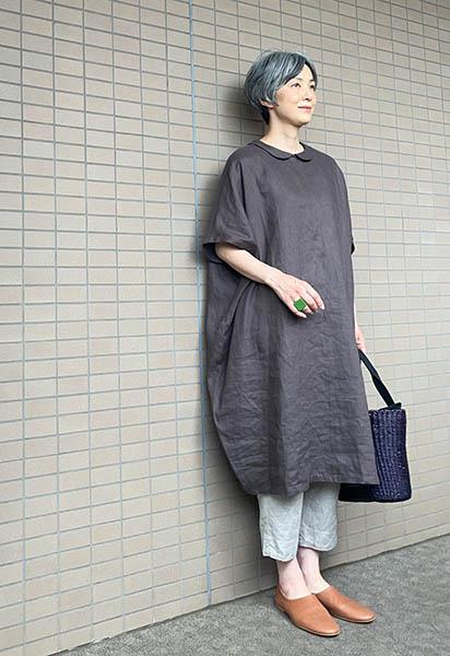 シンプルで個性的な洋服には樹脂製の大きい指輪