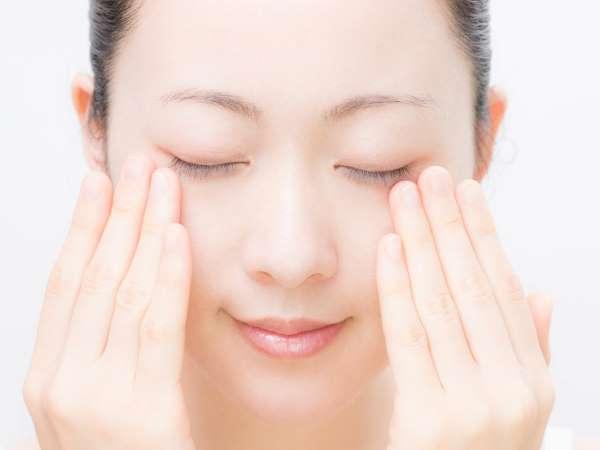 の トレーニング 目の下 たるみ 目の下のたるみを解消!今すぐできる顔ヨガトレーニングを解説