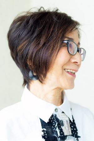 70代ファッション:アシンメトリーな髪型に