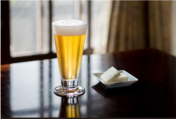 アサヒスーパードライとクリームチーズ。アサヒスーパードライ小瓶 450円、クリームチーズ(2個) 150円(※いずれも税込み)