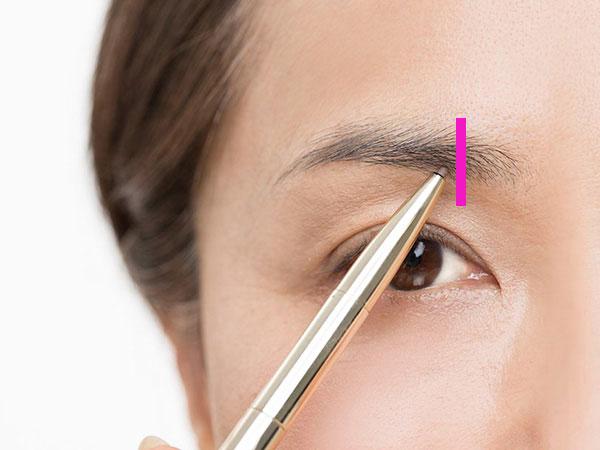 眉頭から指1本分内側の位置が描き始めポイント