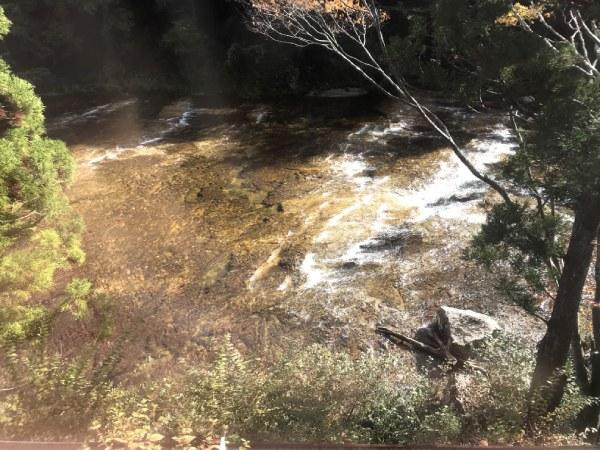 川底に板を敷き詰めたように見える板敷川