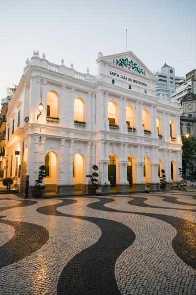 広場に敷き詰められた石畳は、ポルトガル伝統の「カルサーダス」が敷き詰められています