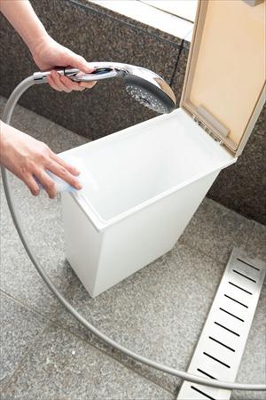 夏の掃除:ゴミ箱は食器用洗剤で汚れを落とす