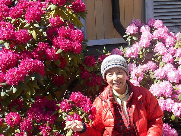 ストックホルム郊外のレストランでランチ、シャクナゲの花がきれいでした。タリンで買った手編みの帽子
