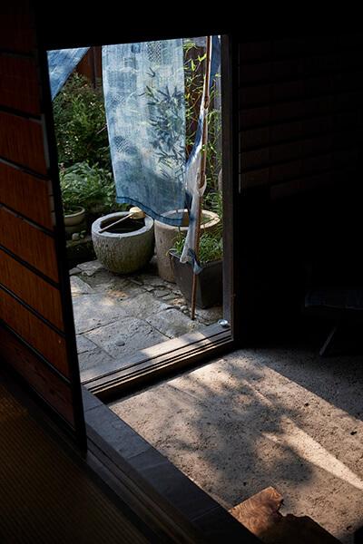 外から差し込む光と布やガラスの落とす影が美しいコントラストを生みます