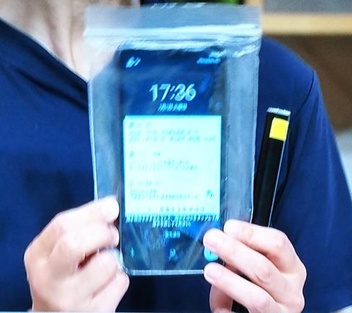 携帯電話は水没の可能性があるのでジッパーつきの袋に入れて