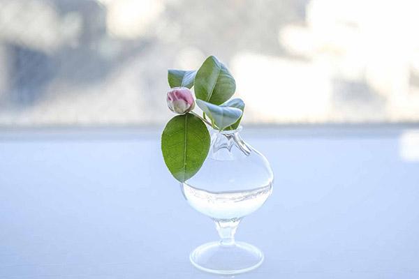 和の花に、洋風の花瓶を組み合わせる