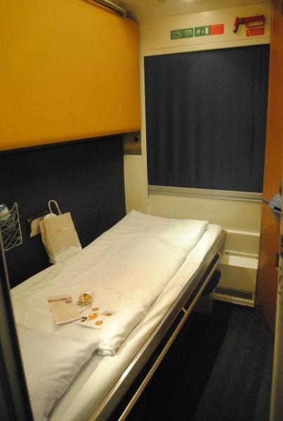 上段ベッドをたたむと1人部屋にもなります