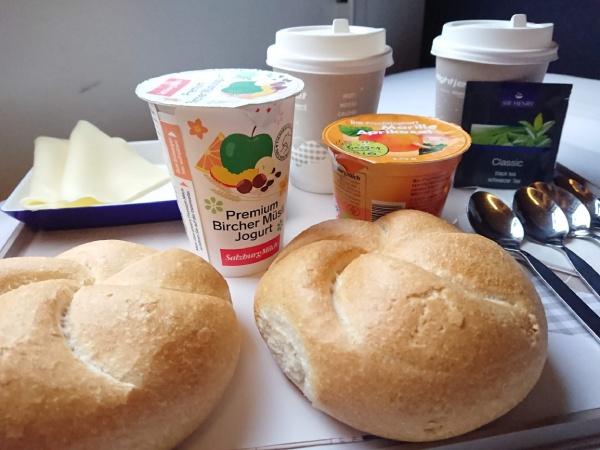 簡単な朝食ですが、旅情を楽しめてぜいたくな気分になります