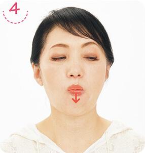 4下唇と歯茎の間に舌を入れる