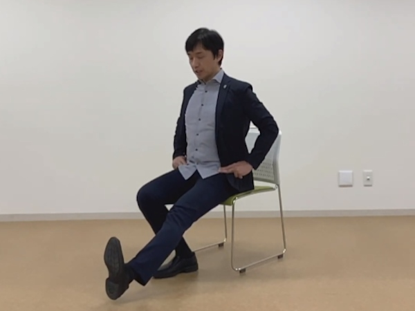 椅子を使った腰痛体操