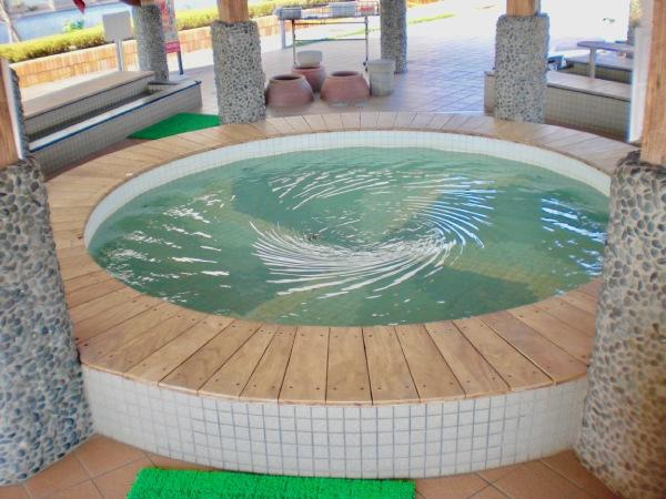 鳴門海峡のうず潮を模した珍しい足湯