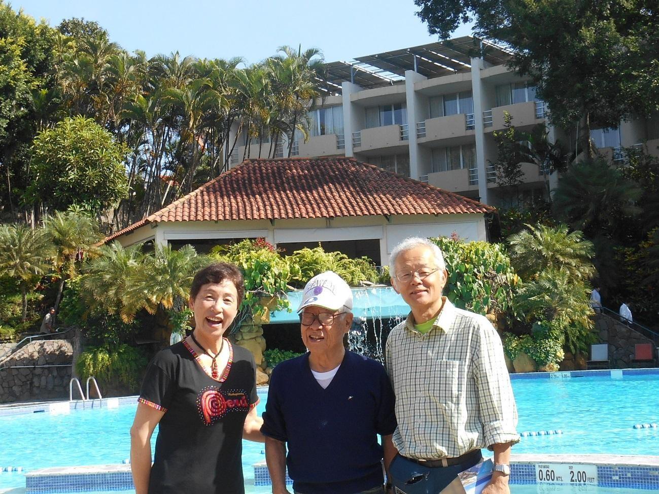 サンサルバドル・シェラトンホテルにて、マチュピチュで買ったTシャツでY氏とS氏と