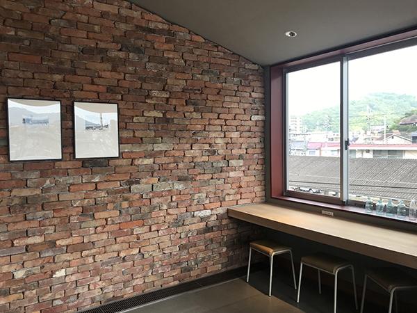 ラウンジの壁は駅舎を建て替えた際に出てきた古いレンガブロックを使用