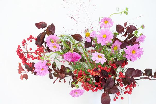 コスモスの花の飾り方2:枝ものを足して華やかに