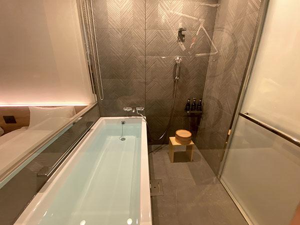 ガラス張りの風呂