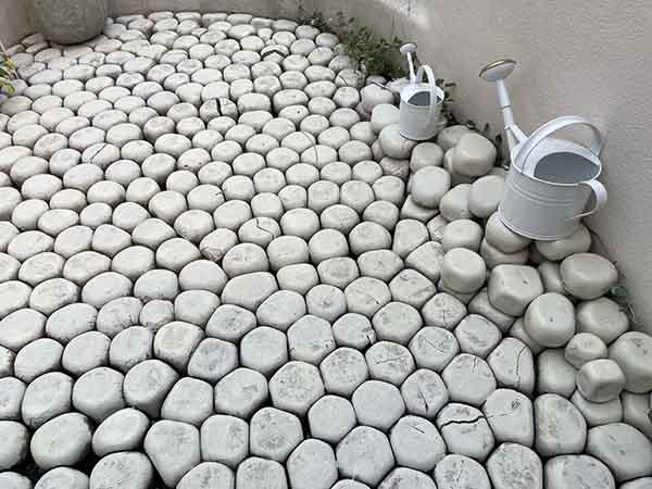 こちらは、食器を包むプチプチのような形の石が敷き詰められたテラス
