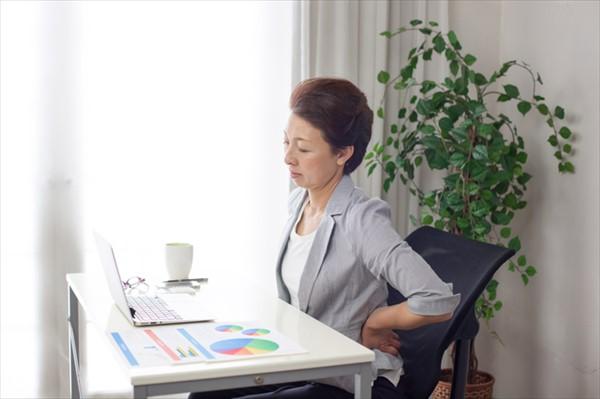デスクワークによる血行不良も腰痛の原因