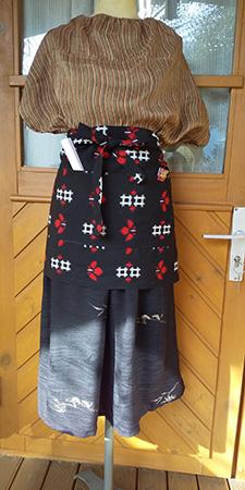 繭を紡いで織られた着物で作ったブラウス、羽織をリフォームしたスカート、ウールの着物で作ったポケットエプロン