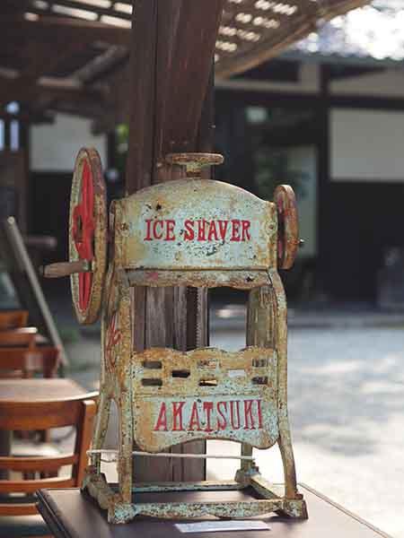 かなり年季の入った、かわいいかき氷機。