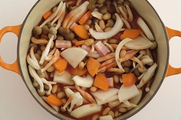 鍋にトマトジュースと水を入れ中火にかける