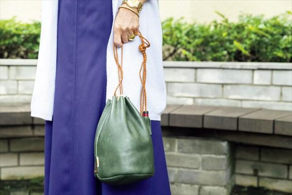 小川千鶴子さんの着こなしのコツ:バッグをアクセントに