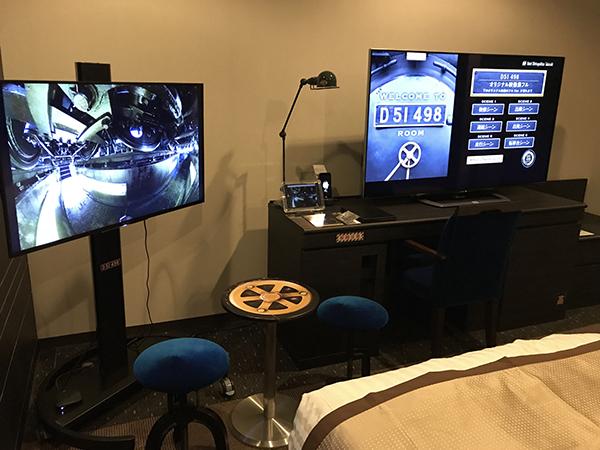 部屋ではオリジナルの動画や写真を見ることができる