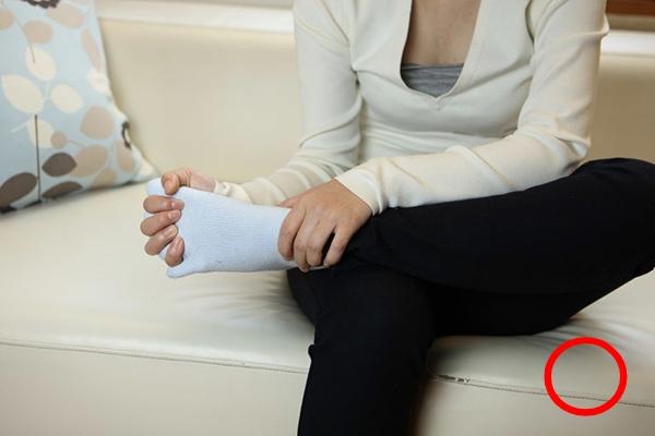 足指ストレッチの手順3:足指に入れた手を優しく握る