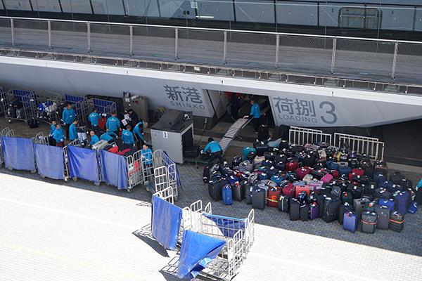 横浜港に集められたスーツケース