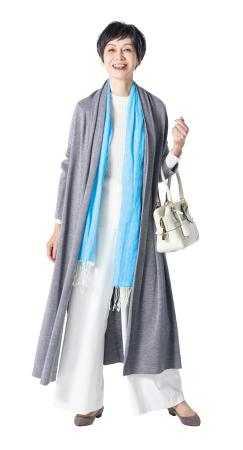 50代ファッションのお手本:ストールにアクセントカラーを