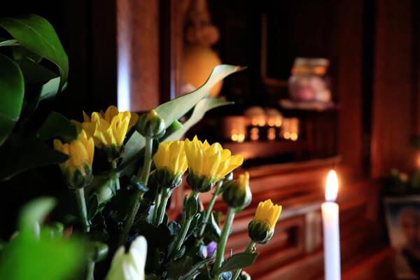 お仏壇に供えた花を長持ちさせるには?