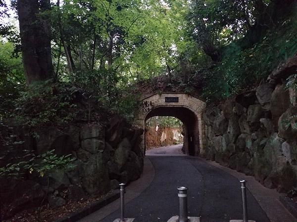 トンネル「琅玕洞(ろうかんどう)」は、国の有形文化財です。他にも、本館を含む5つの建物も、同様に有形文化財に指定されています。