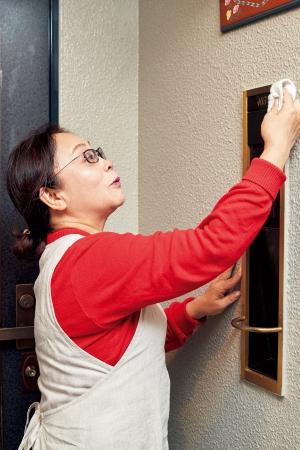 ドアの外側やインターホンを拭く
