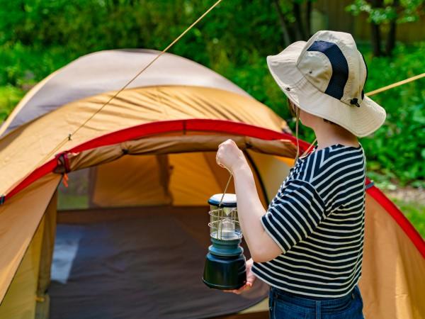 キャンプしている女性