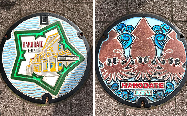 函館のマンホール蓋のデザイン。左は五稜郭と旧函館区公会堂、右は名物のイカ