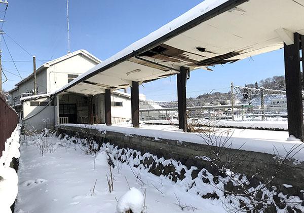 駅舎に続くホーム跡