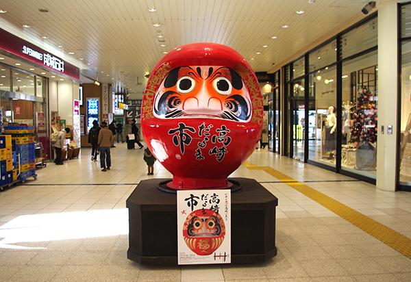 高崎駅構内には至る所にだるまの像がある