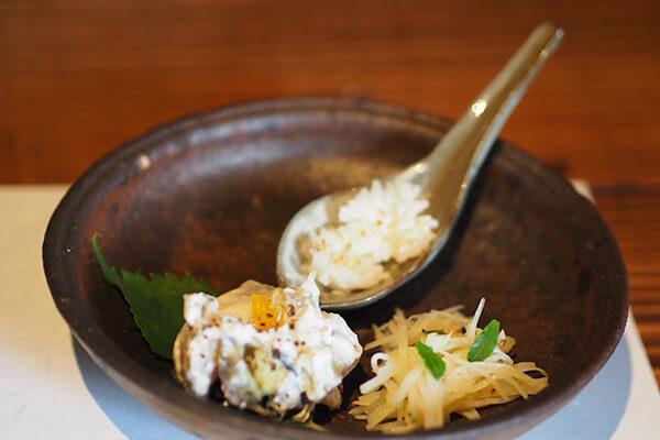 前菜は、酢の物やクリームチーズの和え物三種。