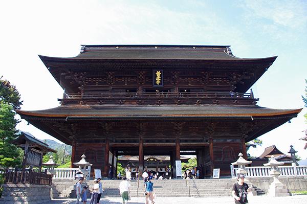 善光寺本堂は国宝に指定されている
