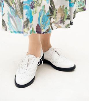白のレースアップ靴で若々しく