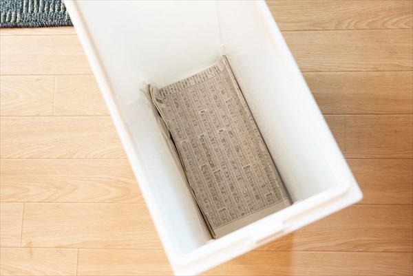 夏の掃除:ゴミ箱の底に古新聞やチラシを敷く