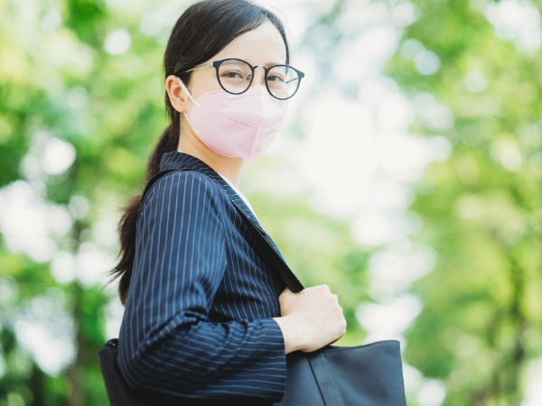 マスクでメガネが曇る原因と曇らせない方法とは?