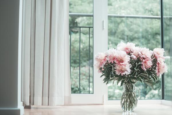 窓際に花を飾りたいけれど長持ちしない