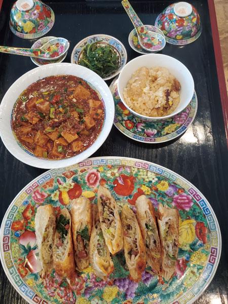 激辛麻婆豆腐、春巻き、おこわ、ヨモギのゴマ和え。世界中の料理は「作れるんじゃなくて、ただ作ってみるのさ〜」と桃井さん