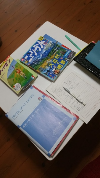 机の上は資料でいっぱい。やっと計画の詰めが進み始めました