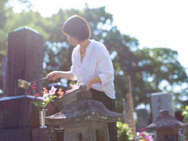 お墓をきれいに掃除する方法は?