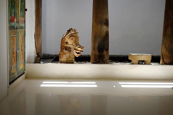 家中にバワが集めてきた世界中のアーティストの作品や骨董品が置かれている