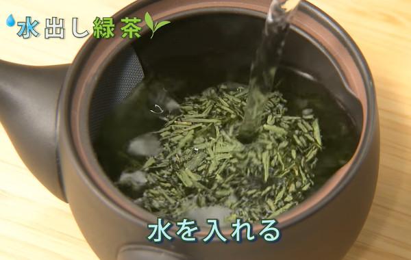 水出し緑茶の作り方2:急須に水を入れる