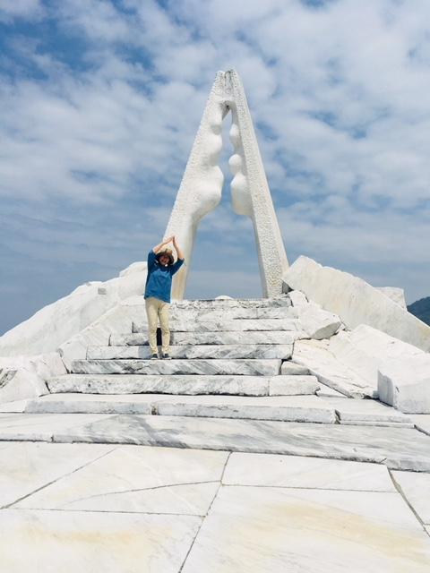 「未来心の丘」の『光明の塔』の前で